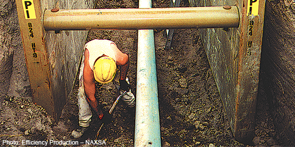 Image of a worker in a construction trench - Photo: Efficiency Production - NAXSA