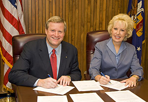 (L to R) Edwin G. Foulke, Jr., former-Assistant Secretary, USDOL-OSHA, and Cynthia L. Brown, ASA's President, sign the national Alliance renewal agreement on August 22, 2007.