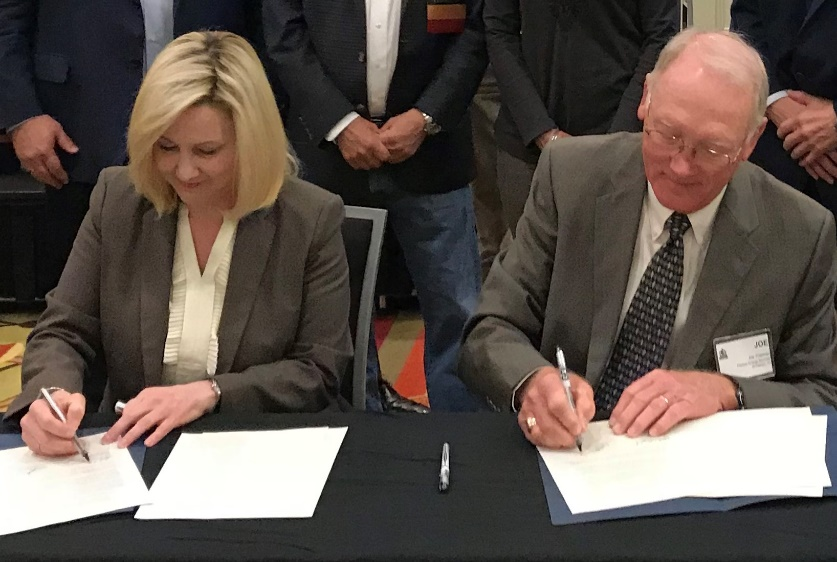 OSHA Regional Administrator Kelly Knighton and Association of Energy Service Companies President Joe Freeman sign alliance renewal to continue protecting oil and gas well servicing employees.