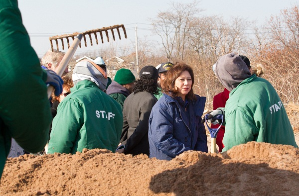 Secretary Solis surveys recovery operations with workers from the New York City Department of Parks and Recreation, Nov. 29, 2012
